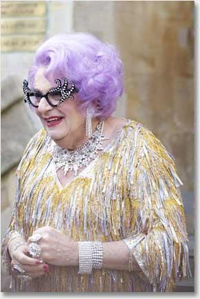 Crossdresser Dame Edna